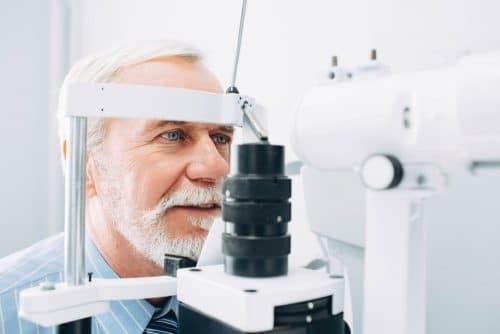 Возрасен човек на преглед за катаракта.