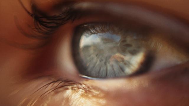 Човечко око од блиску со контактни леќи