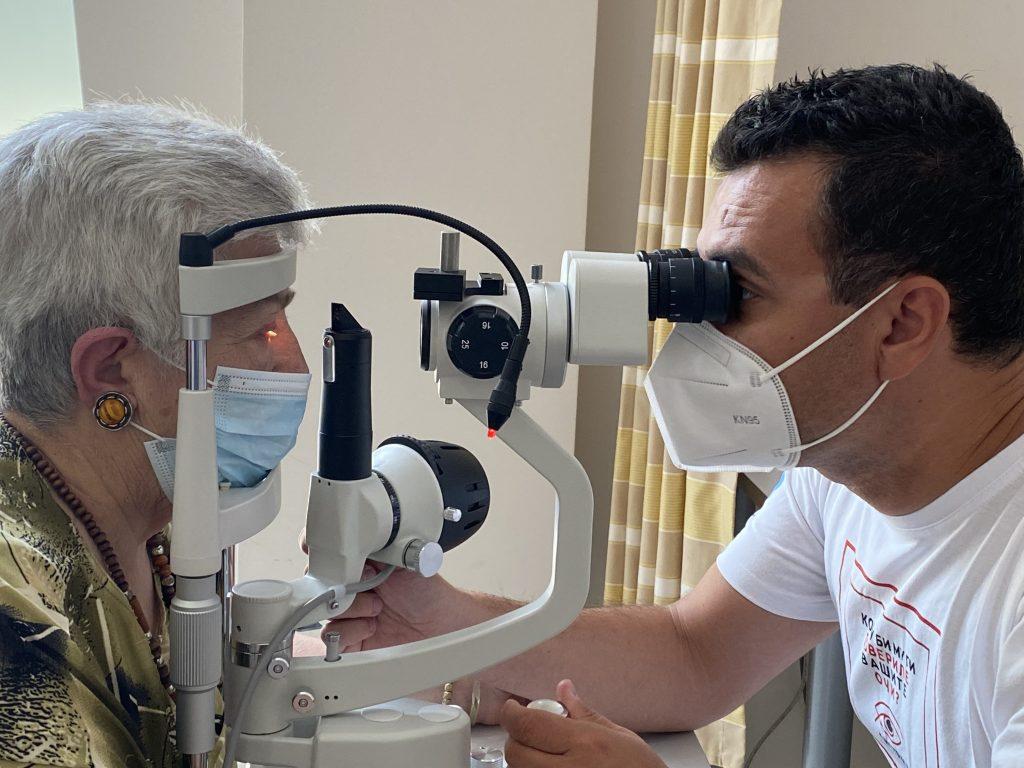 Очен преглед во Систина Офталмологија со пациентка и доктор за операцијата на катаракта.